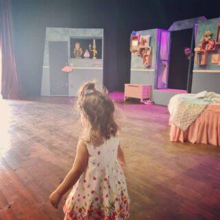 Πάμε Θέατρο 🎭 @theatro.maskarini Σκοτάδι. Φως, αυλαία και πάμε. Το όνειρο ξεκινάει !!! Ωπ, τι μαγικός κόσμος είναι αυτός; Μουσική, φώτα , χρώματα , χορός! Τζίνι, Πήτερ Παν, η ιστορία ξεκινά! Κάθε Σάββατο και Κυριακή στο Θέατρο Μασκαρίνι. Το κείμενο υπογράφει ο @petroskon1 Πραγματική φιλία, αγνή αγάπη και πίστη στον εαυτό μας, είναι μερικά από τα μηνύματα που μας αφήνει η υπέροχη αυτή παράσταση. Αγαπημένοι μου γονείς στηρίξτε το θέατρο και τους καλλιτέχνες. Σας έχουμε ανάγκη για να μπορέσουμε να επιβιώσουμε και η μαγεία να μην χαθεί. Το θέατρο προσφέρει τόσα πολλά στους μικρούς μας φίλους. Καλορίζικο το νέο σας θέατρο! Έυχομαι να πετάξει ψηλά με όλους τους αγαπημένους μας ήρωες! #mynameismomcy#theatromaskarini#theatre